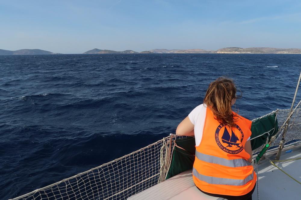 Lilly auf der Fahrt mit dem Boot nach Lipsi