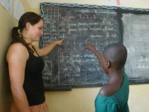 Als Freiwillige unterrichten in einer Schule in Togo