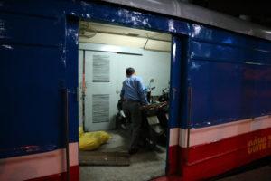 Roller in den Zug verladen in Hanoi