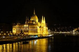 Budapester Parlament bei Nacht