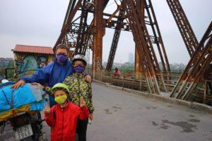 Weltreise zu viert, auf der Long Bien Bridge.
