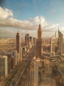 Straßen von Dubai zum Sonnenaufgang.